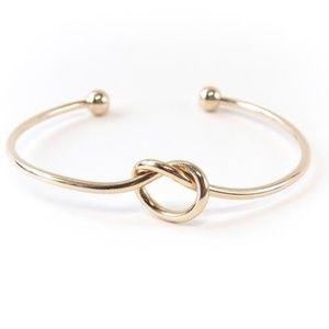 🎉HOST PICK!🎉 Gold tone knot bracelet